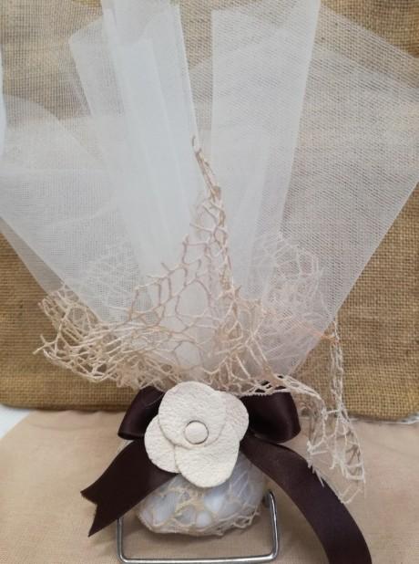 Μπομπονιέρα σικάτη γάμου με δίχτυ και λουλούδι κεραμικό
