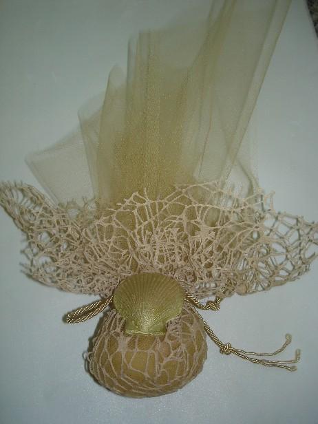 Μπομπονιέρα γάμου καλοκαιρινή σε πουγκί δίχτυ με αχοιβάδα