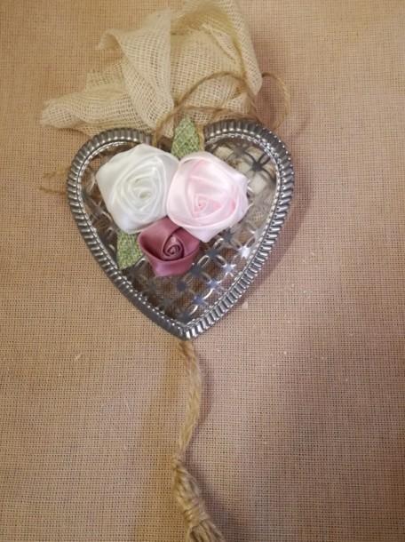Μπομπονιέρα γάμου με λουλούδι σε στεφάνι-καρδιά