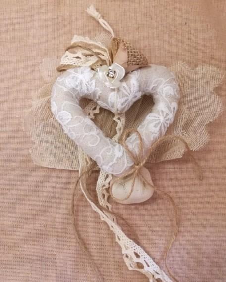 Μπομπονιέρα γάμου με λουλούδι-δαντέλες σε καρδιά υφασμάτινη
