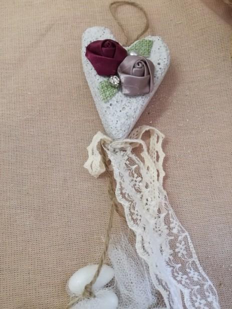 Γάμου μπομπονιέρα με φλοράλ λουλούδια ρετρό πάνω σε πέτρα καρδιά