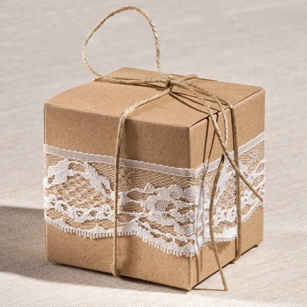 Μπομπονιέρα γάμου κουτί κύβος με δαντέλα και λινάτσα κορδέλα