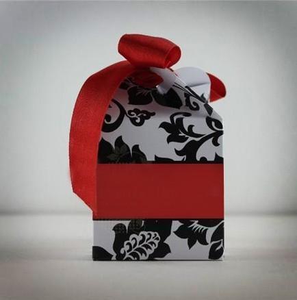 Γάμου μπομπονιέρα μοντέρνα σε κουτί κύβο με λουλούδι και καλή τιμή
