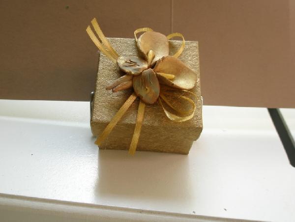 Κουτί με δέρμα χρυσό και κρινάκια κεραμικά μπομπονιέρα γάμου