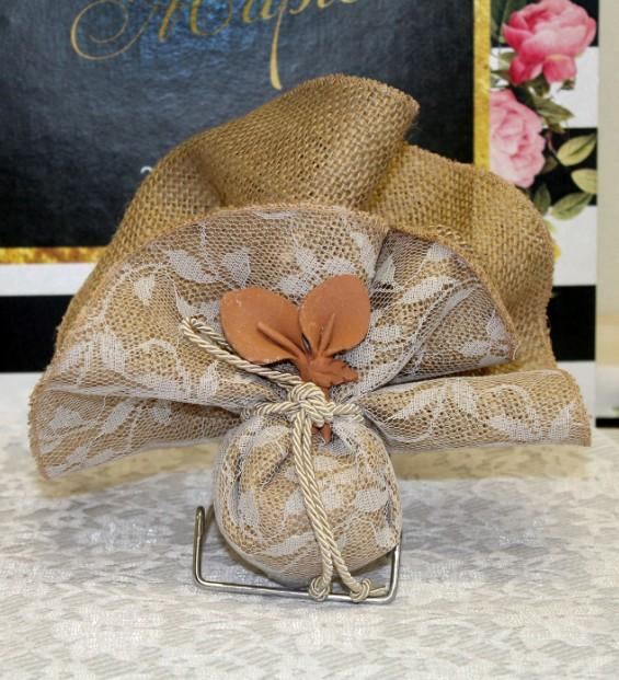 Μπομπονιέρα γάμου μαντήλι λινάτσα-δαντέλα λέζα με κρινάκι κεραμικό