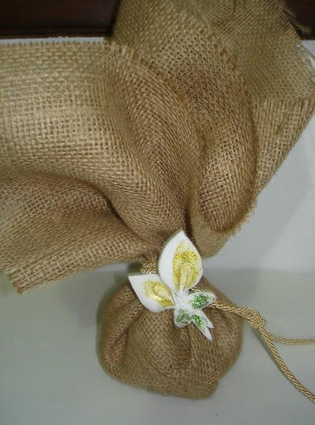 Μπομπονιέρα γάμου λινάτσα μαντήλι με κορδόνι τρίκλωνο και κρινάκι
