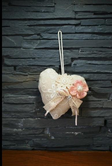 Μπομπονιέρα γάμου υφασμάτινα λουλούδια σε μαξιλαράκι καρδιά