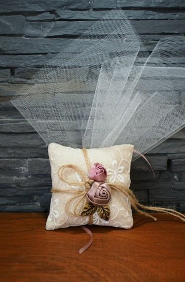 Μπομπονιέρα γάμου υφασμάτινα λουλούδια φλοράλ σε μαξιλαράκι