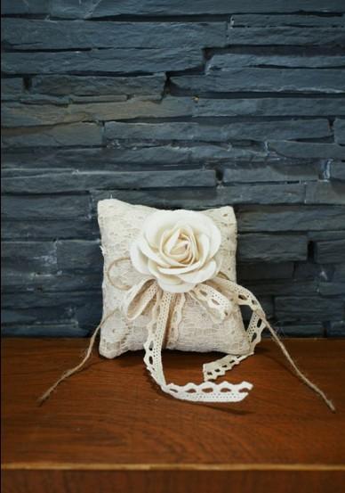 Μπομπονιέρα γάμου υφασμάτινα λουλούδια σε μαξιλαράκι