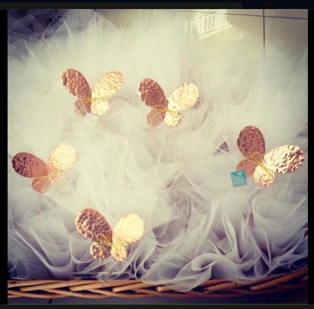 Μπομπονιέρα γάμου χειροποίητη μεταλλική πεταλούδα σταντ