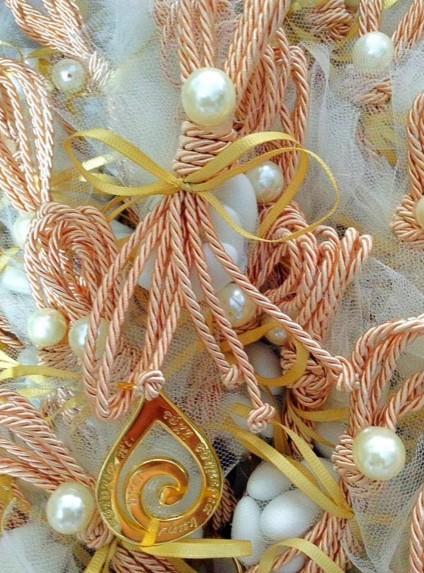 Μπομπονιέρα γάμου κρεμαστή μεταλλική με μήνυμα ευτυχία σε χρυσό