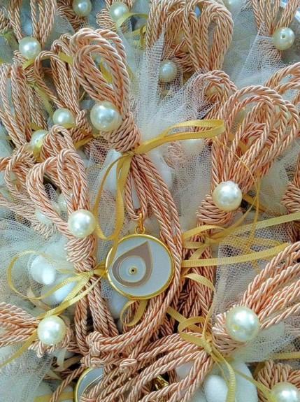 Μπομπονιέρα γάμου κρεμαστή μάτι μεταλλικό με σμάλτο κορδόνι και πέρλα