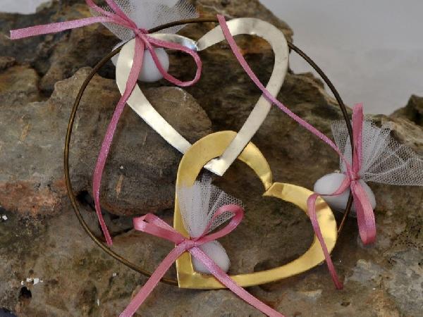 Μπομπονιέρα γάμου στεφανάκι με δυο καρδιές πλεγμένες μεταλλικές