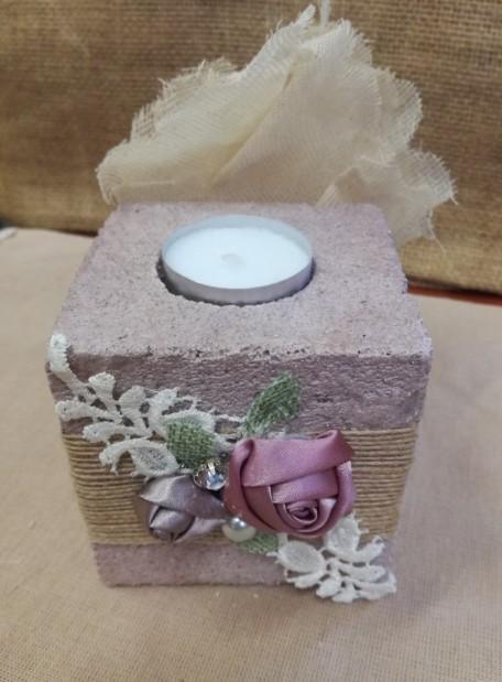 Μπομπονιέρα γάμου πέτρα-κύβος με φλοράλ λουλούδια