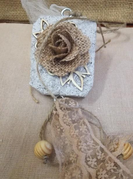 Γάμου μπομπονιέρα φλοράλ λουλούδι ρετρό σε πέτρα