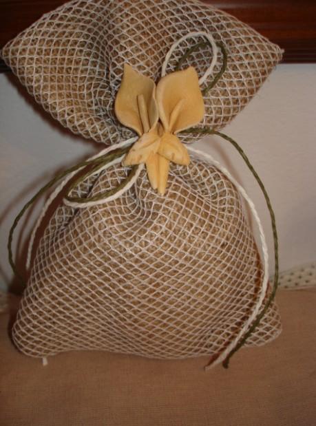 Μπομπονιέρα γάμου πουγκί με λινάτσα και με δίχτυ φιλέ με κορδονάκια