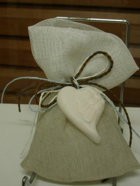 Μπομπονιέρα γάμου με σαπουνάκι καρδιά σε πουγκί γάζα δίχρωμη