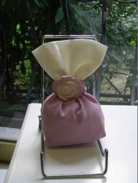 Πουγκί μπομπονιέρα γάμου δίχρωμο λινό με λιλά τριαντάφυλλο πορσελάνης