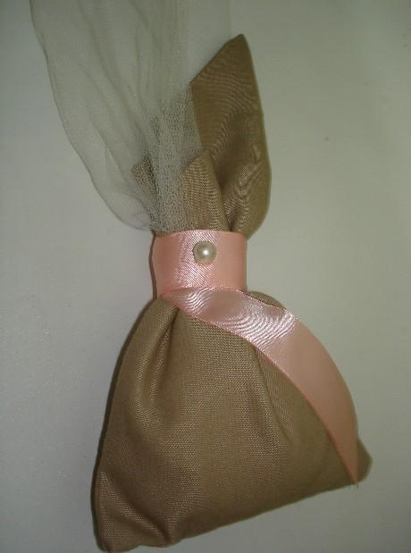 Σε μπεζ λινό πουγκί μύτη πέρλα και τούλι δέσιμο σατέν κορδέλα