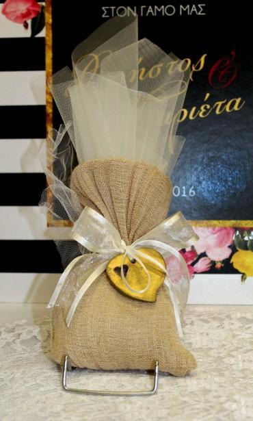 Νέα λινάτσα σε πουγκί με καρδιά πορσελάνης σε μπομπονιέρα γάμου