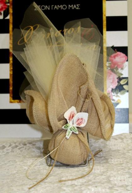 Μπομπονιέρα γάμου μαντήλι δέσιμο με κρινάκι πορσελάνης σε νέα λινάτσα