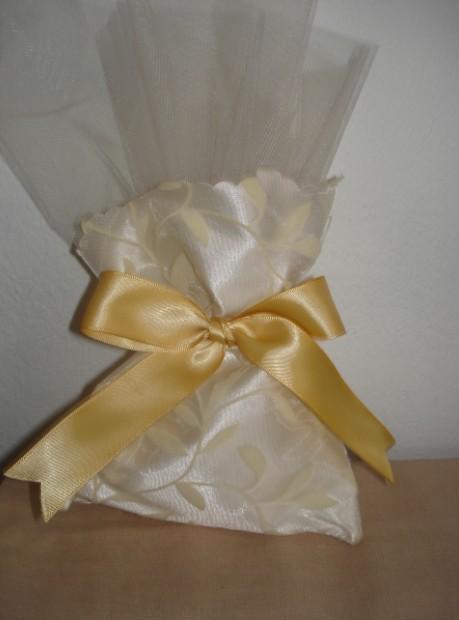 Μπομπονιέρα γάμου πουγκί σατέν φλόκο με σταμπωτή ελιά σε καλή τιμή