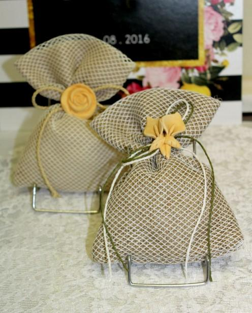 Μπομπονιέρα γάμου πουγκί γάζα-λινάτσα με δίχτυ με τριαντάφυλο-κρινάκι