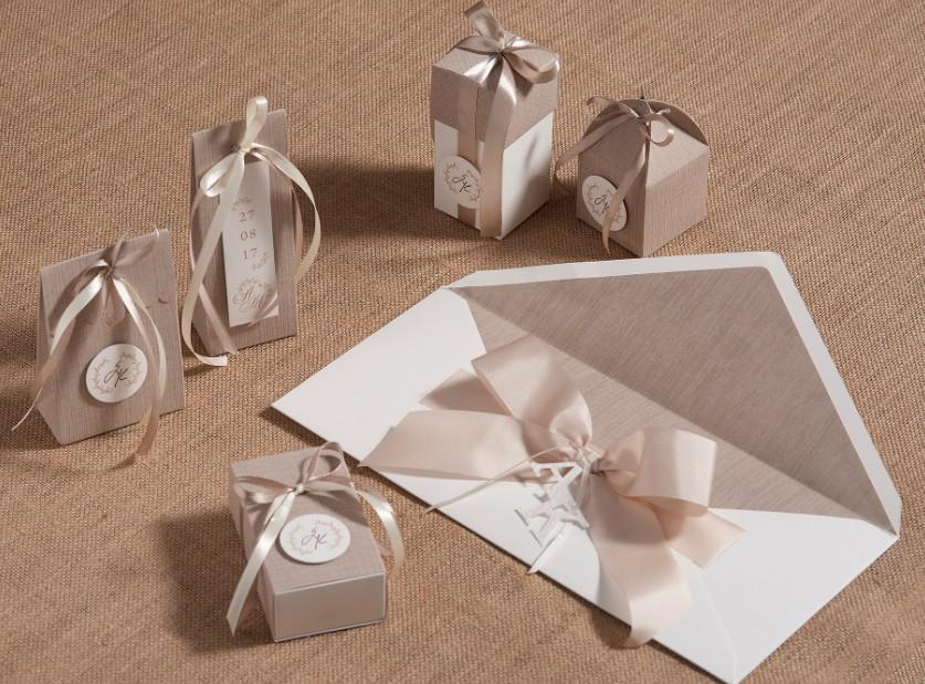 Μπομπονιέρες γάμου κουτιά σετ κάλεσμα δέρμα με μονογράμματα