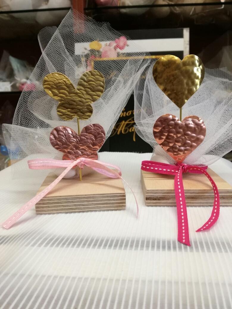 Μπομπονιέρα γάμου καρδιές μεταλλικές σε σταντ ξύλου