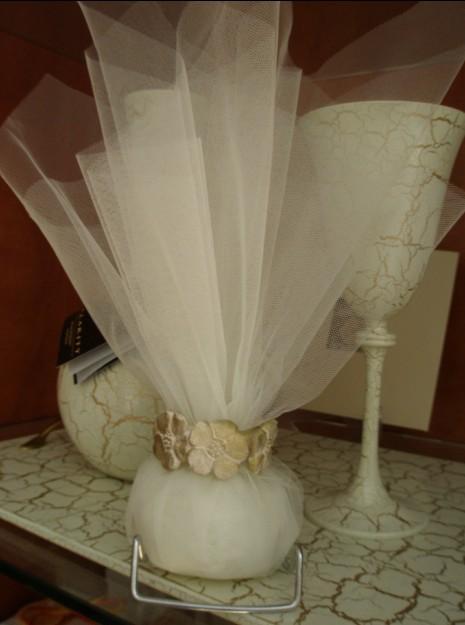 Γάμου τούλινη μπομπονιέρα με πορσελάνινo στεφανάκι με μαργαρίτες