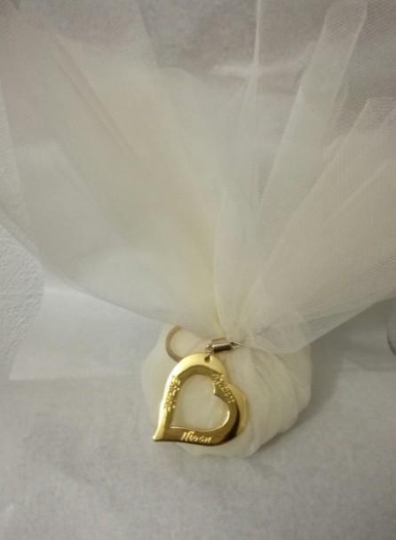 Τούλινη μεταλλική καρδιά-ευχές μπρελόκ σε μπομπονιέρα γάμου