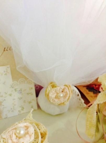 Μπομπονιέρα γάμου τούλινη με μοτίφ λουλούδι υφασμάτινο χειροποίητο