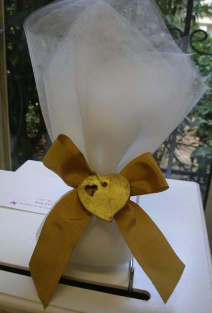 Τούλινη μπομπονιέρα γάμου δέσιμο γραβάτα με καρδιά πορσελάνινη