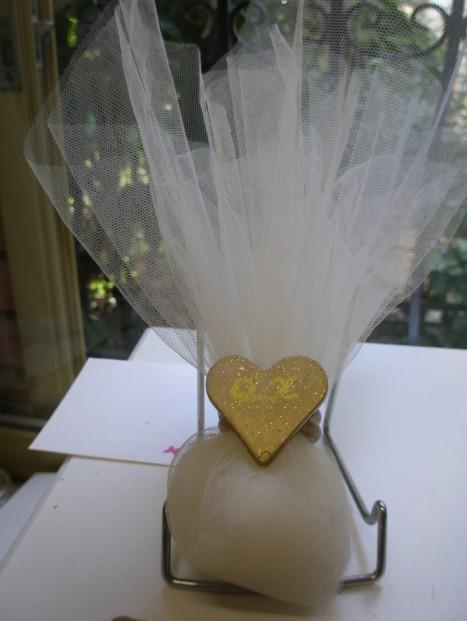 Μπομπονιέρα γάμου τούλινη λευκή με καρδιά χρυσή και μονογράμματα