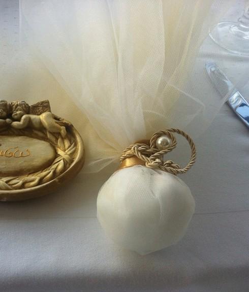 Μπομπονιέρα γάμου τούλινη με δέσιμο λαιμό σατέν και κορδόνι με πέρλα