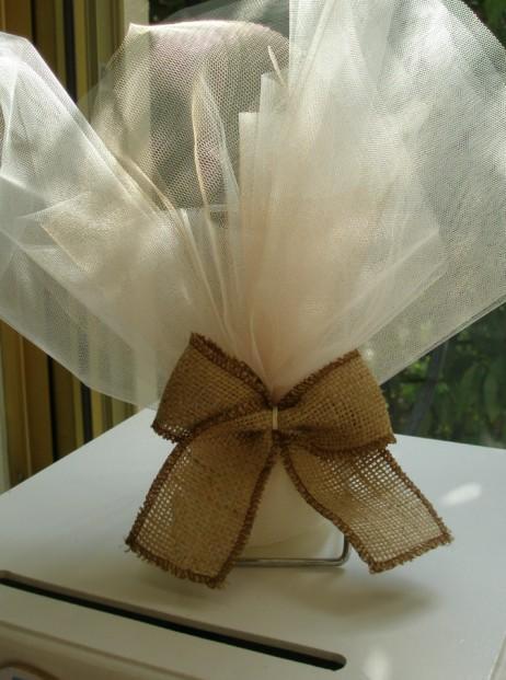 Γάμου μπομπονιέρα τούλινη με δέσιμο φιόγκο λινάτσας με χρώμα τελείωμα