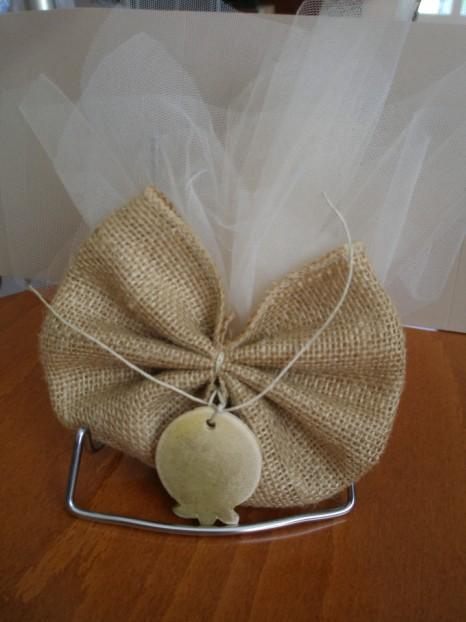 Τούλινη γάμου μπομπονιέρα με παπιγιόν λινάτσα και ρόδι πορσελάνινο