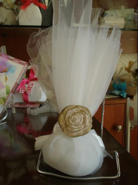 Μπομπονιέρα γάμου τούλινη με δαχτυλίδι τριαντάφυλλο πορσελάνης χρυσό