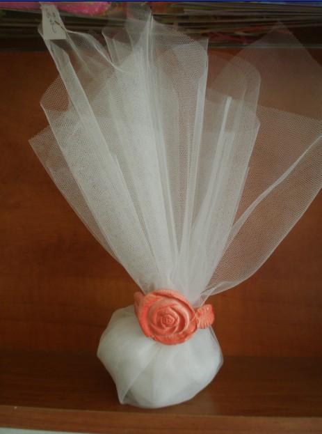Μπομπονιέρα γάμου τούλινη με δαχτυλίδι τριαντάφυλλο πορσελάνης