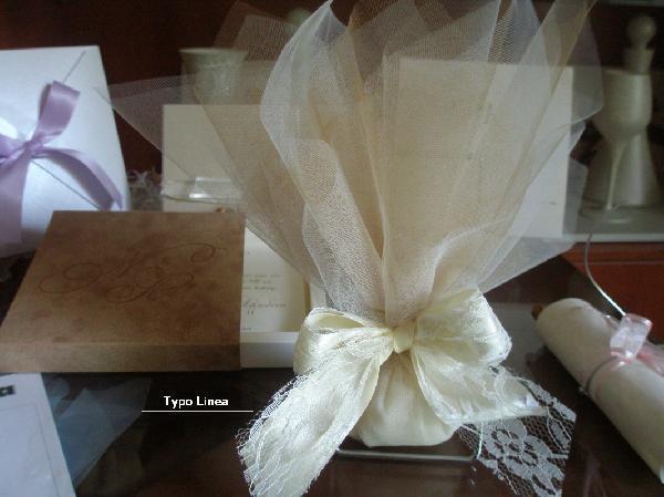 Γάμου μπομπονιέρα τούλινη με φιόγγο από σατέν και δαντέλα κορδέλα