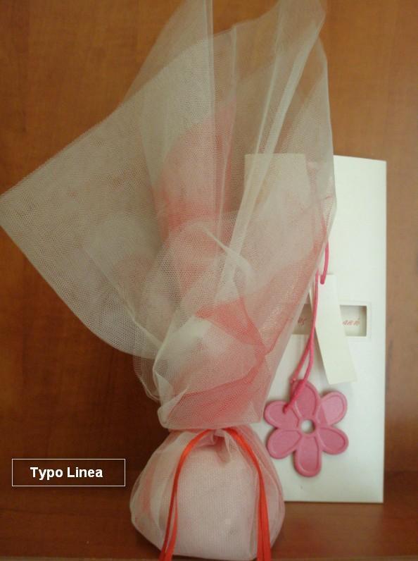Μπομπονιέρα γάμου τούλινη με δέσιμο στριφτό που κρέμονται κορδελάκια