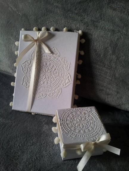 Μπομπονιέρα γάμου κουτί με λουλούδι stencil και boho στυλ