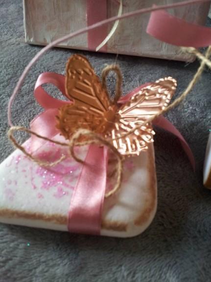 Βότσαλο μπομπονιέρα γάμου με πεταλούδα χαλκού και stencil λουλούδι