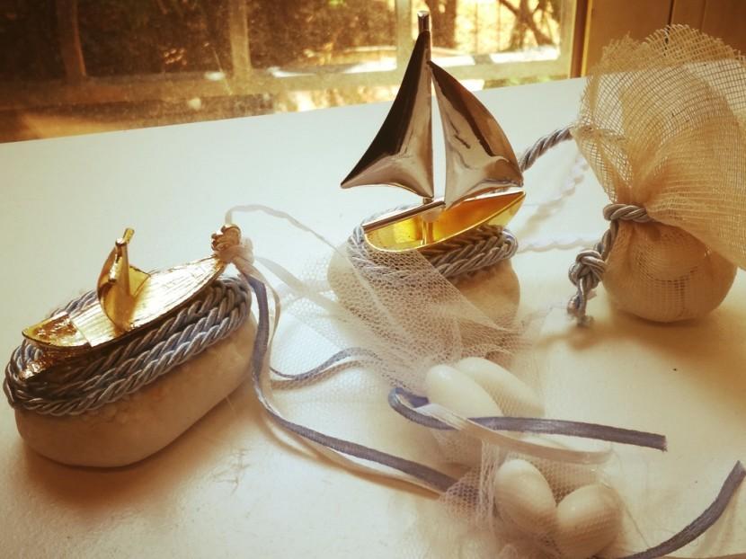 Βότσαλο μπομπονιέρα γάμου με βαρκούλες μεταλλικές