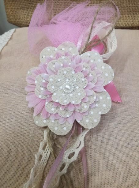 Μπομπονιέρα γάμου κρεμαστή με λουλούδι υφασμάτινο.