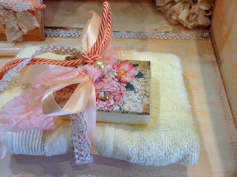 Ρετρό μπομπονιέρα γάμου σαπουνάκι με πετσέτα και θέμα φλοράλ