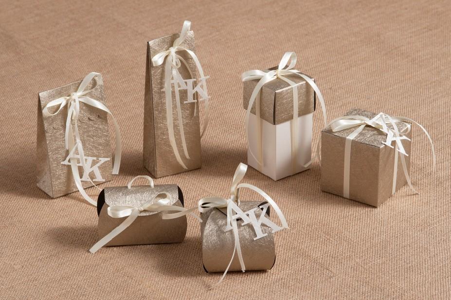 Κουτιά δέρμα μπομπονιέρες γάμου με μονογράμματα σετ πρόσκληση