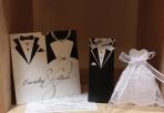 Νυφικό και κοστούμι γαμπρού σε κουτί.