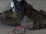 Δυο καρδιές σφυρήλατες μεταλλικές σε σταντ