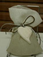 Σαπουνάκι καρδιά σε πουγκί γάζα δίχρωμη λευκή και άμμου